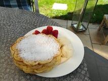 Wafels met vanilleroomijs en strawberrys Stock Foto's