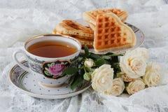 Wafels met verse bosbessen en bloemen Ontbijt royalty-vrije stock fotografie