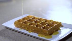 Wafels voor ontbijt/wafels met roomijs en snoepjes stock footage