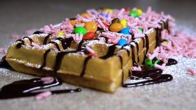 Wafels voor ontbijt/wafels met roomijs en snoepjes stock videobeelden