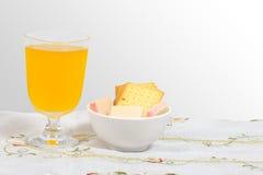 Wafeltje, kaascrackers en jus d'orange. stock afbeeldingen