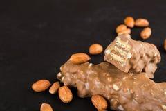 Wafeltje met noten in melkchocola met ingrediënten stock afbeeldingen