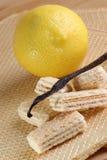 wafeltje met organische citroenroom stock foto's