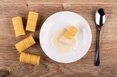 Wafeltjebroodjes, broodje met condens in schotel, lepel op lijst Hoogste mening royalty-vrije stock afbeeldingen