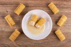 Wafeltjebroodjes met condens in schotel, weinig wafeltjebroodjes op lijst Hoogste mening royalty-vrije stock foto's