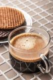 Wafeltjes met kop van koffie op de hulp achtergrondverticaal Stock Fotografie