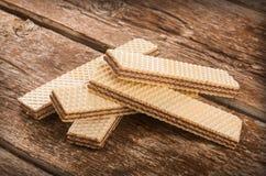 Wafeltjes op houten lijst Stock Foto's