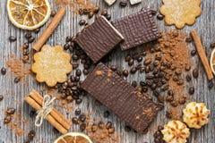Wafer in cioccolato con i biscotti su una superficie di legno, vista superiore Fotografia Stock Libera da Diritti