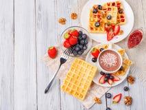 Wafer con i frutti e bacche su una tavola del primo piano fotografie stock