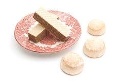 Wafer su un piatto e sui pan di zenzero su bianco Fotografia Stock