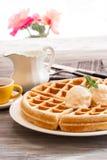 Waffel-Frühstück mit Eiscreme und Ahorn syryp Stockfoto