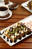 Waffel mit Eiscreme und Kaffee Stockfotos