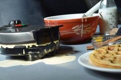 Waffel, Waffeleisen, Schüssel Teig, Zimtstangen Stockbild