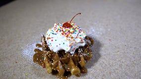 Waffeln für Frühstück/Waffeln mit Eiscreme und Bonbons stock video