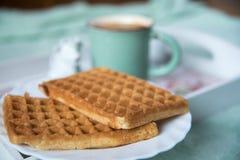 Waffeln, Kaffee und Milch Lizenzfreies Stockfoto