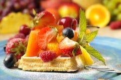 Waffeln mit Fruchtsalat Stockfotos