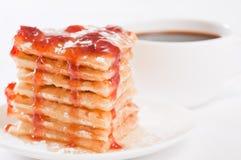 Waffeln mit Honig, Erdbeeremarmelade und Kaffee Lizenzfreie Stockfotos