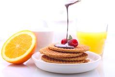 Waffeln mit Schokolade und Himbeeren, Trauben, Tee und Orangensaft lizenzfreie stockfotos