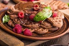 Waffeln mit Schokoladenmassehimbeeren Beschneidungspfad eingeschlossen Stockbild