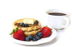 Waffeln und Frucht-Frühstück mit Kaffee Stockbilder