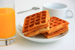 Waffeln und Saft zum Frühstück Stockbild
