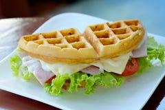 Waffelsandwich mit dem Schinken und Käse gedient Stockfotos
