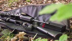 Waffen, Schrotflinte und Gewehr aus den Grund im Wald stock video footage