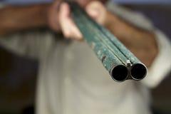 Waffengewalt der doppelläufigen Schrotflinte, zeigend auf Kamera Lizenzfreie Stockfotos
