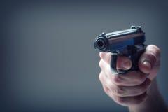 Waffengewehr Die Hand der Männer, die ein Gewehr hält 9 Millimeter-Pistole Stockfotos