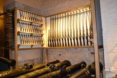 Waffenkammer in England halten mit Gewehren und Kanonen stockbilder