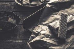 Waffers del cioccolato sui precedenti di legno Fotografia Stock Libera da Diritti