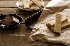 Waffers del cioccolato sui precedenti di legno Fotografie Stock