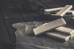 Waffers del cioccolato sui precedenti di legno Fotografia Stock