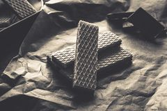 Waffers del cioccolato sui precedenti di legno Immagine Stock Libera da Diritti