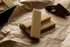 Waffers del cioccolato sui precedenti di legno Fotografie Stock Libere da Diritti