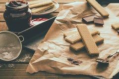 Waffers del cioccolato sui precedenti di legno Immagini Stock
