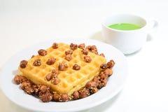 Waffle и горячий зеленый чай Стоковые Фото