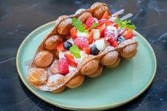 Waffle стиля Гонконга с ягодами и вкусными плодоовощами Стоковое Фото