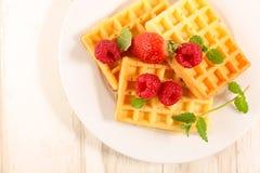 Waffle с плодоовощами ягод стоковые фотографии rf