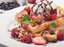 Waffle с свежими фруктами и сливк Стоковые Изображения
