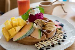 Waffle с тропическими плодоовощами стоковое фото