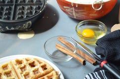 Waffle, утюг waffle, шар бэттера, ручек циннамона Стоковая Фотография