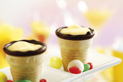 Чашки Waffle с сливк Стоковое Изображение