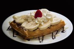 Waffle avec la banane, le nutella, la crème fouettée et la fraise Photo libre de droits