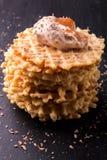 Waffle belga com gelado e chocolate no fundo preto Fim acima Imagens de Stock