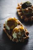 Waffle belga com gelado no fundo de pedra escuro Imagem de Stock Royalty Free