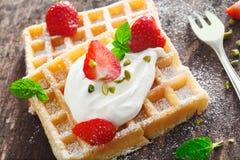 Waffle chicoteado fresco do creme e da morango Fotografia de Stock