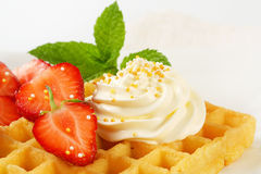 Waffle com creme chicoteado Imagem de Stock Royalty Free
