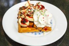 Waffle com fatias e creme da banana Imagem de Stock