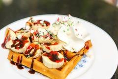 Waffle com fatias e creme da banana Foto de Stock